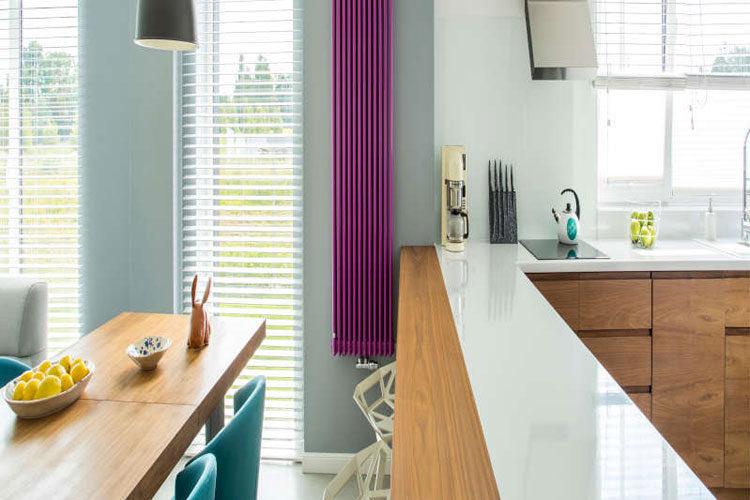 purpurowy grzejnik dekoracyjny na kuchennej ścianie