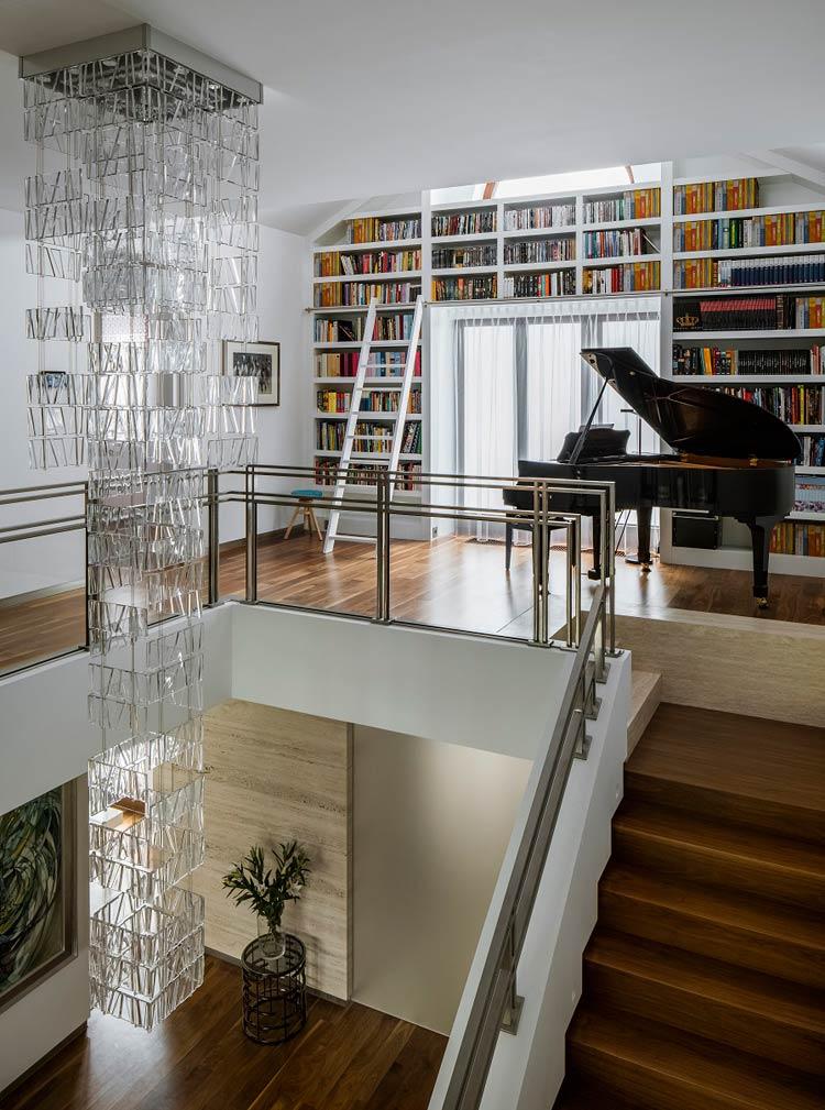 Pianino na piętrze