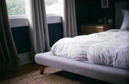 łóżko z materacem w sypialni