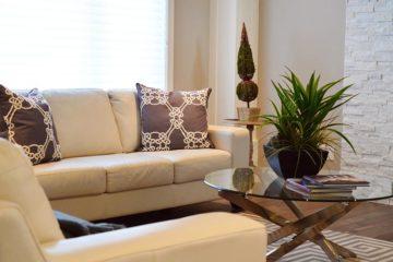 wygodna sofa w przytulnym salonie