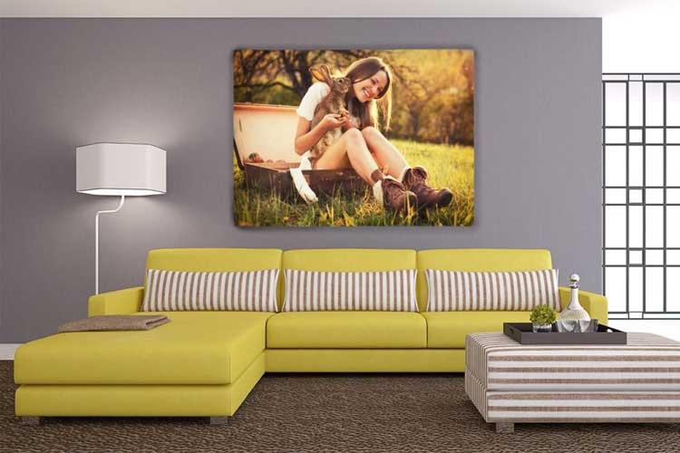 Ściana ozdobiona drukowanym obrazem