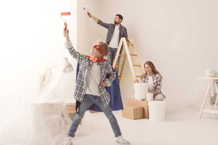 malowanie pokoju przez całą rodzinę