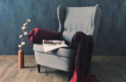 fotel uszak na tle niebieskiej ściany